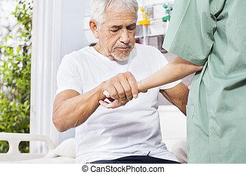 invalide, patiënt, holdingshand, van, verpleegkundige, in, rehab, centrum