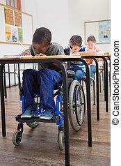 invalide, pupil, schrijvende , op het bureau, in, klaslokaal