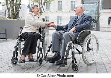 invalide, senior koppel, buitenshuis