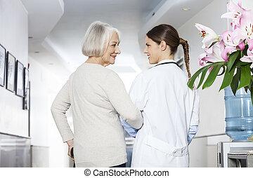 invalide, senior, patiënt, staand, met, arts, op, rehab, centrum