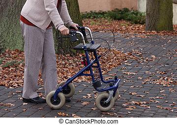 invalide, wandelende, met, walker, buitenshuis
