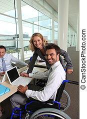 invalidiserade personer bemannar, med, kolleger