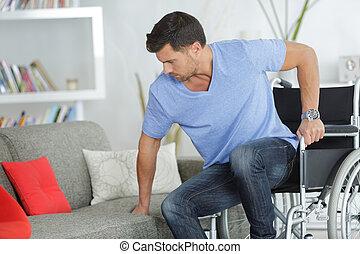 invalido, tentando, divano, uomo, sedere