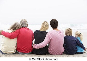 inverno, famiglia, seduta, generazione, tre, insieme, indietro, spiaggia, vista