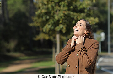inverno, mulher, respirar, vestido, calorosamente, feliz, ar fresco