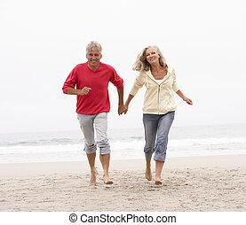 inverno, par, executando, sênior, feriado, praia, ao longo