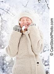 inverno, retrato, de, um, loura, mulher jovem, em, a, neve