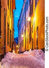 inverno, rua estreita, em, a, cidade velha, em, estocolmo,...