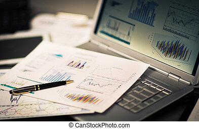 investimento, homem negócios, analisando, laptop., gráficos