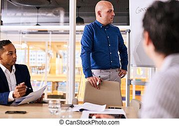 investisseurs, business, donner, deux, potentiel, pas, homme affaires, caucasien