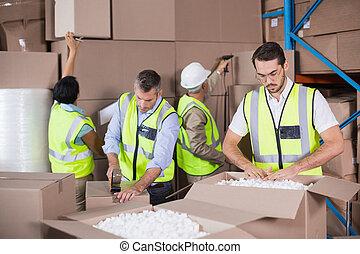 investit, jaune, ouvriers, préparer, entrepôt, expédition