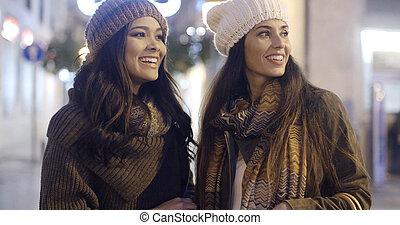 invierno, dos, equipos, sonriente, mujeres, feliz