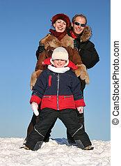 invierno, familia , estante, en, nieve, 2