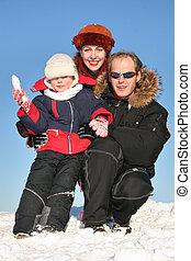 invierno, familia , sentarse, en, nieve, 2