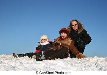 invierno, familia , sentarse, en, nieve, 3