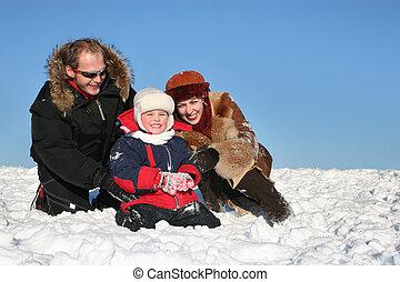 invierno, familia , sentarse, en, nieve