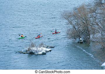 invierno, kayaking, en, el, río, en, ucrania, 24
