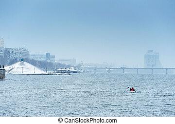 invierno, kayaking, en, el, río, en, ucrania