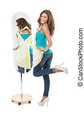 io, amore, questo, dress!, felice, giovani donne, presa a terra, uno, vestire, mentre, standing, davanti, il, specchio, e, guardando macchina fotografica