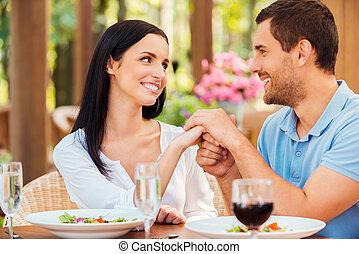 io, amore, you!, bello, giovane, coppia amorosa, tenere mani, e, guardandolo, mentre, rilassante, in, fuori, ristorante, insieme