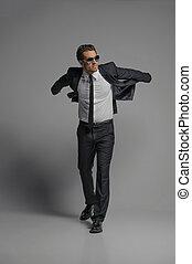 io, credere, io, lattina, fly., piena lunghezza, di, fiducioso, giovane, uomini affari, in, occhiali da sole, proposta, mentre, isolato, su, grigio
