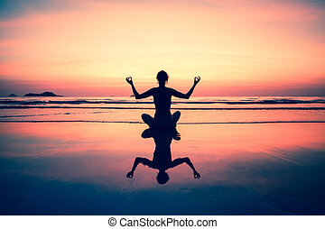 ioga, assento mulher, ligado, costa mar, em, pôr do sol,...