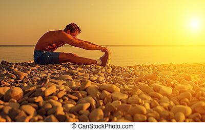 ioga, atleta, prática, esportes, praia ocaso, tocando, homem