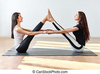 ioga, camarada, pose, jovem, dois, asana, bote, mulheres