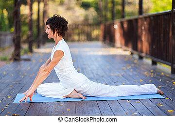 ioga, meio, mulher, envelhecido, esticar