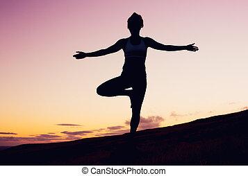 ioga, mulher, em, pôr do sol