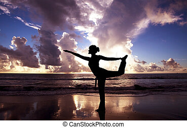 ioga, mulher, ligado, a, bonito, praia, em, amanhecer