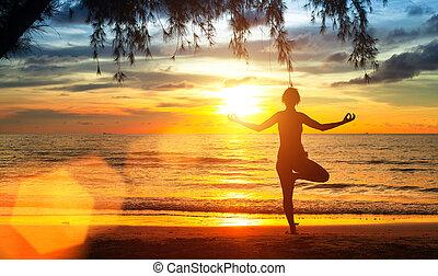 ioga, mulher, ligado, costa mar, em, sunset.