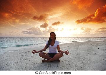 ioga, mulher, ligado, praia, em, pôr do sol