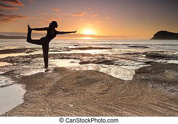ioga, rei, dançarino, pose, equilíbrio, por, a, mar