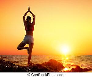 ioga, vrikshasana, pose, -, pôr do sol, menina