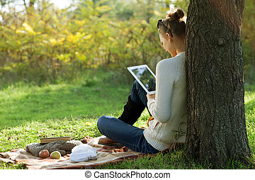 ipad, distance, femme, utilisation, séance, education., dehors, pendant, promenade