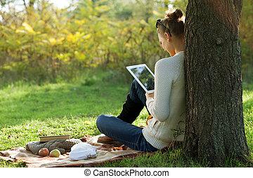 ipad, distancia, mujer, utilizar, sentado, education., aire libre, durante, paseo