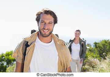 ir de excursión pares, sonriente, en cámara del juez, en, cumbre de montaña