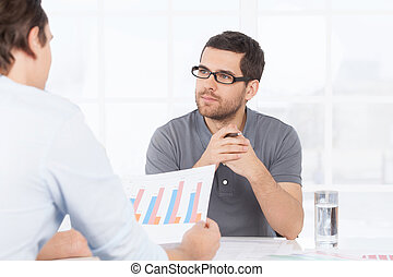ir, lhes, pessoas negócio, gráfico, sobre, aquilo, um, numbers., confiante, enquanto, papel, algo, segurando, discutir, casual, dois, desgaste