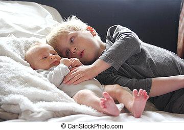 irmã, amorosamente, irmão grande, bebê recém-nascido, tocando