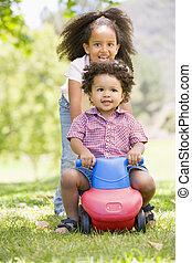 irmã, brinquedo, empurrar, irmão, rodas, sorrindo