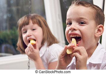 irmã, comendo maçã, irmão