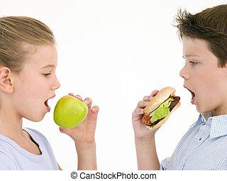 irmã, comendo maçã, por, irmão, comer, cheeseburger