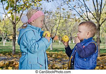 irmã, comer, irmão, maçãs