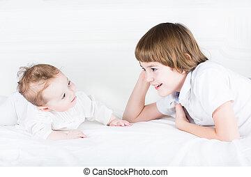irmã, irmão, cama, bebê, branca, tocando