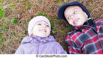 irmã, irmão, configuração, sorrizo, feliz, crianças, chão