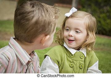 irmã, irmão, crianças, exterior, adorável, tocando