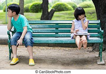 irmã, irmão, madeira, sentando, entre, conflito, banco, parque, asiático