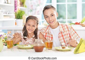 irmã, irmão, pequeno almoço, tendo