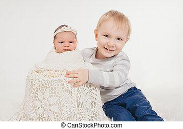 irmã, junto., kids:, irmão, recem nascido, adolescente, fundo, bebê, branca, tocando, feliz